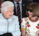 Η Βασίλισσα σοκάρει τον κόσμο της μόδας, μαζί με την Anna Wintour στην πρώτη σειρά της εβδομάδας μόδας στο Λονδίνο